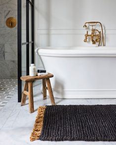 From where you would rather be 😍 @armadilloandco easing into the new year with the soothing touch of our Sahara small space rug underfoot. 🙏 #bathroomgoals #bathtub #bathroomdecor #bathroomremodel #homeinspiration #decorcrushing #designdetails #dream_interiors #interiortrends #inspire_me_home_decor #nookbyarmadillo