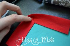 Tutorial para coser bies en esquina #hilosymas #tutorial #bies Sewing Basics, Sewing Hacks, Sewing Projects, Embroidery Patterns, Sewing Patterns, Bias Tape, Learn To Sew, Sewing Techniques, Couture