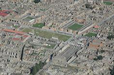 Pompeji ist die meist besuchte archäologische Stätte der Welt. Die bestens erhaltenen Ruinen der Stadt, die im Jahr 79 unter der Asche des Ausbruchs des Vesuvs verschwand, sind wirklich beeindruckend und als außergewöhnlich authentisches Zeugnis des Lebens in der Antike erkannt und seit 1997 als Weltkulturerbe der UNESCO geschützt. Ursprünglich eine Stadt der Osker, wurde Pompei später zur römischen Kolonie mit dem Namen Cornelia Venera Popeiana.