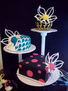 Much as I love traditional royal iced cakes it's nice to see it used for more contemporary designs. Cake Decorating Icing, Cookie Decorating, Big Cakes, Cute Cakes, Different Types Of Cakes, Royal Icing Flowers, Ice Cake, Pastry Cake, Creative Cakes