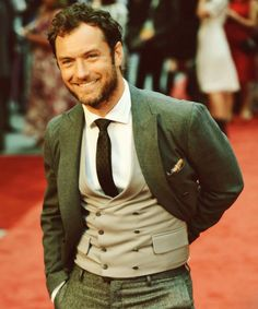 Jude Law at Anna Karenina Premier in a double breasted waistcoat Sharp Dressed Man, Well Dressed Men, Gorgeous Men, Beautiful People, Terno Slim Fit, Look Fashion, Mens Fashion, Fashion Menswear, High Fashion