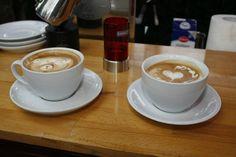 Wunderbares Latte-Art mit Basis Espresso Caffè della Corsa - Die Milchkanne Motta Europa wurde zum aufschäumen genutzt.