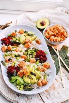 Sushi salade recept   Healthy Wanderlust Healthy Diners, A Food, Food And Drink, Great Recipes, Healthy Recipes, Lunch Meal Prep, Eating Organic, Healthy Juices, Nutrition