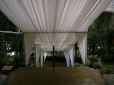 Cobertura Construida Branca efeito corredor para que a noiva possa chegar ao altar.