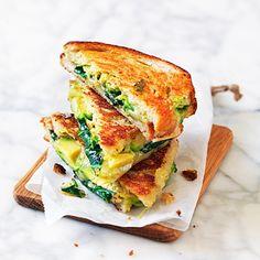 Fyll skivor av ett gott surdegsbröd med tre goda gröna; avokado, bladspenat och pesto. Toppa med en vällagrad cheddarost och stek eller grilla i en mackgrill till perfektion. Härliga smaker utlovas – denna grillade avokadotoast är klockren på brunchen!
