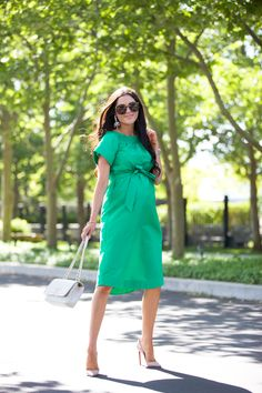 Here is a look at what I wore on Sunday! I typically don't wear a lot of green but it's such a beautiful color, I think I need to add more of it to my wardrobe! Green Maternity Dresses, Maternity Wear, Maternity Fashion, Summer Dresses, Spring Maternity, Maternity Style, Only Fashion, Girl Fashion, Green Midi Dress