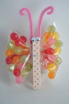 Vlinder met knijper, chenille-draad en wiebeloogjes. Snoepjes in vleugels (plastic zakje
