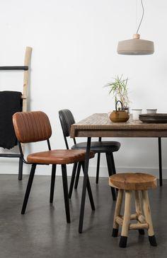 Stůl Suri s deskou z recyklovaného teakové dřeva v úchvatném spojení s podnoží z oceli ve starožitném černém lakování Vás zaujme především svojí všestranností.