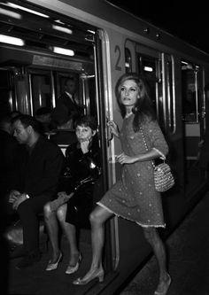 Dalida © 1968 (Paris - sur la metro)