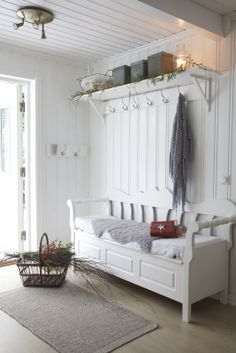excellent use of entryway - seating and lots of storage White Cottage, Cozy Cottage, Flur Design, Home And Living, Living Room, Sweet Home, Entry Hallway, Entryway, White Rooms