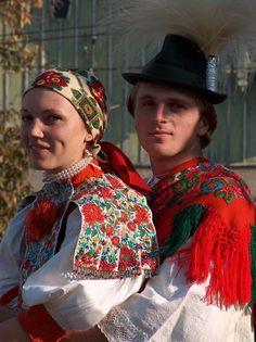 Hungarian couple dressed in folk costume for a wine harvest celebration, Kalotaszeg region, Transylvania. Ukraine, Hungarian Embroidery, Folk Fashion, Folk Costume, Central Asia, My Heritage, People Around The World, Traditional Dresses, Folk Art