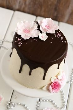 Sitruunamoussetäytteinen 70-vuotiskakku suklaakakkupohjalla - Suklaapossu Desserts, Food, Tailgate Desserts, Deserts, Eten, Postres, Dessert, Meals, Plated Desserts