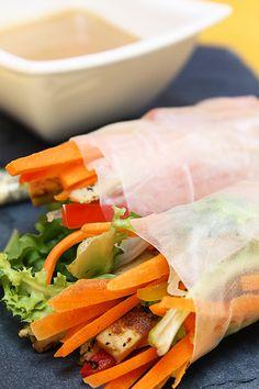 Quando c'è da organizzare un aperitivo al volo gli involtini vietnamiti vengono in soccorso. Leggeri e croccanti, uno tira l'altro...senza sensi di colpa! ;)  Ricetta vegan su: http://karmaveg.it/involtini-vietnamiti/