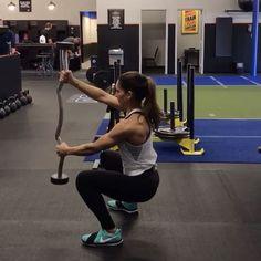 Weekend Workout 1. 10 each side (change your grip!) 2. 20 reps 3. 15 reps each side (change your grip!) 4. 10 each side 3-5 rounds! #alexiaclark #queenofworkouts #fullbodyworkout #menshealthmag #weekendworkout #workout #circuit #curlbar #lunges #legday #gymworkout #motivation #ShoulderWorkout