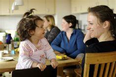 Die Deutsche Fernsehlotterie fördert die Mutter-Kind-Wohngruppe der AWO mit 500.000 Euro. Ein erfahrenes Team gibt jungen Müttern – und idealerweise auch den dazugehörigen Vätern – schrittweise eine Anleitung zur Selbständigkeit in allen Lebensbereichen. Sie unterstützen die jungen Eltern bei Bewältigung alltäglicher Aufgaben und stehen bei der Pflege und Erziehung des Kindes zur Seite.