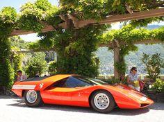 """Fiat Abarth 2000 Scorpione: Eines der aufsehenerregendsten und lautesten Autos des diesjährigen Concorso d'Eleganza am Comer See war der keilförmige Abarth von 1969. Das Unikat mit einer von Pininfarina gestalteten Karosserie war erstmals seit 1977 wieder in Europa zu sehen; es gehört dem japanischen Sammler Shiro Kosaka, und es gewann beim Concorso in der Klasse """"Le Fuoriserie"""" (etwa: Designträume)."""