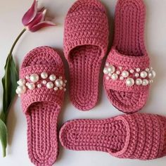 crochet pink slippers with pearls Crochet Sandals, Crochet Boots, Love Crochet, Crochet Clothes, Crochet Baby, Crochet Slipper Pattern, Crochet Patterns, Crochet Flip Flops, Knitted Slippers