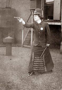 Une femme policier armé d'un pistolet et d'une matraque, 1920