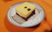 Eierlikör Schnitten - lacky-bakings Webseite!  Eierlikör geht ja immer, ist aber an sich normalerweise schon sehr süß. Da braucht es in der Creme nicht wirklich Zucker und der leichte Kakaobiskuit samt der herben Preiselbeermarmelade sind ein guter Kontrast.. 😉😋