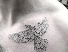 filigrane-tattoo-motive-brust-mann-vogel-geometrische-linien