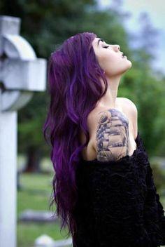 cheveux violet foncé, tatouage bateau à l'épaule
