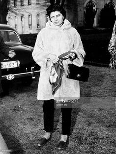 Soraya (Esfandiary Bakhtiary) *-+ Kaiserin von Persien 1951-1958, Iran - Ganzkoerperaufnahme, nach ihrer Scheidung in Deutschland, Schlosspark Bruehl bei Koeln