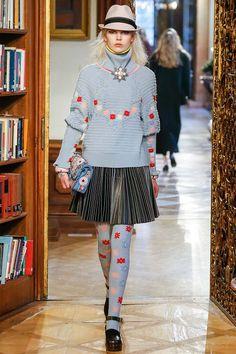 Показ Chanel Pre-Fall 2015 состоялся в Зальцбурге. Новую интерпретацию легендарного твидового жакета, подсмотренного Габриэль Шанель у лифтеров отеля в Санкт-Морице, Карл Лагерфельд дополнил близкими ему моделями «баварского