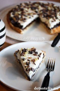 Kokoskake med sjokoladefyll og krem   Det søte liv Pudding Desserts, Recipe Boards, Let Them Eat Cake, Food And Drink, Tasty, Sweets, Baking, Driftwood, Bakken
