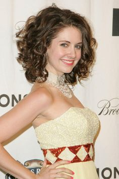 Alison Brie medium Curly Bob Hairstyles for Prom Medium Curly Bob, Curly Lob, Haircuts For Curly Hair, Medium Hair Cuts, Short Curly Hair, Curly Hair Styles, Short Haircuts, Natural Hair Styles For Black Women, Hair Styles 2016