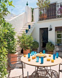 heeben: binnenplein patio terras met trap en muur eromheen