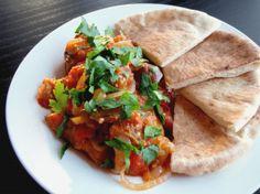 Masaa'a hozzávalók:  Hozzávalók: – padlizsán ( én két kilót vettem, ami kettőnknek bőven elég volt két napra) – paradicsom ( ehhez a padlizsán mennyiséghez 4 nagy db ) – darált hús ( én két nagyobb csirkemellel helyettesítettem legutóbb) – mazsola (ízlés szerint) – hagyma – só, bors, római kömény – petrezselyem ( a díszítéshez)  -rizs ( én basmati rizzsel csináltam) -curry por Side Dish Recipes, Raw Food Recipes, Vegetarian Recipes, Dinner Recipes, Cooking Recipes, Healthy Recipes, Healthy Food, Egyptian Food, Egyptian Recipes