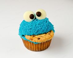 Cookie monster cupcakes with chocolate chip cookies and frosting. Cute dessert for kids' birthday parties! Cookie Monster Cupcakes, Cupcake Cookies, Monster Cakes, Cupcake Song, Cupcake Cupcake, Blue Cookies, Super Cookies, Cupcake Queen, Princess Cupcakes