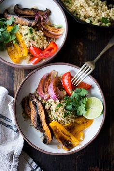 Veggie Fajita Schüssel mit Cilantro Blumenkohl Reis - eine füllende, kalorienarme Mahlzeit, die vegan & glutenfrei ist und dauert nur 15 Minuten Hands-on Zeit! Halten Sie es vegan oder fügen Sie Huhn hinzu. Aufrechtzuerhalten Www.feastingathome.com