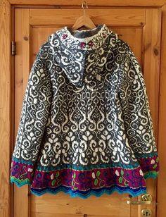 Folk Embroidery Patterns This elaborate pattern draws on Norwegian folk motifs to embellish this ingeniously shaped long fitted jacket. Fair Isle Knitting Patterns, Fair Isle Pattern, Knitting Stitches, Knit Patterns, Hand Knitting, Laine Rowan, Mode Boho, Pulls, Knit Crochet