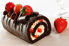 This chocolate swiss roll recipe can made with or without the strawberries and chocolate curls. Chocolate Swiss Roll Recipe from Grandmothers Kitchen. Chocolate Swiss Roll Recipe, Chocolate Roll, Chocolate Curls, Chocolate Cake, Sweet Recipes, Cake Recipes, Dessert Recipes, Cooking App, Strawberry Cakes