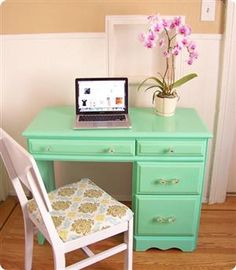 Glossy Painted Desk. whattopin.com/topic/diyprojects/