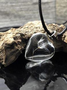 Glass Flower Dandelion Pendant in herzform.  Diese Epoxidharz Herz Halskette ist das perfekte Geschenk für sich selbst und für Ihre liebsten. Der herzförmige Anhänger wurde mit einer echten Blume Löwenzahn vereint und in herzform gebracht.