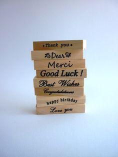 Acht verschillende teksten met allemaal een eigen bijpassend design! In een mooi houten doosje met schuifdeksel. Voor elke gelegenheid een passende boodschap. 11 x 12,5cm. Stamp, Poster, Design, Stamps, Billboard