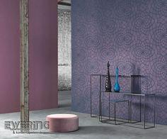 Midnight 02 - Grafische Formen bilden ein modernes Floral-Muster in einem mix aus Blau und Violett.