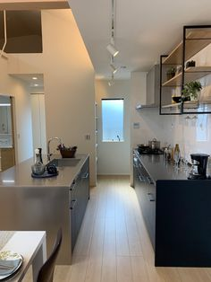 シンクがコンロとセパレートになっている、II型のキッチンです。たくさんの人数でキッチンにたてるので、家族みんなで料理をつくる、食べる、が楽しいイベントになります。 Kitchen Island, Table, Furniture, Home Decor, Island Kitchen, Decoration Home, Room Decor, Tables, Home Furnishings