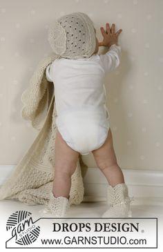 DROPS kofta med runt ok, byxa, hätta, sockor, filt i Alpaca, boll och skallra. Gratis mönster från DROPS Design.