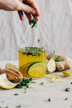 Inside + Out: Ginger Hair Oil + Belly-Soothing Lemonade (Hello Glow) Ingwer-Minze-Limonade Healthy Foods To Eat, Healthy Life, Healthy Eating, Healthy Recipes, Healthy Drinks, Ginger Lemonade, Lemonade Diet, Turmeric Lemonade, Organic Raw Honey