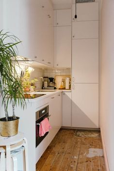 Is it really tricky to decorate a small kitchen? Well, not at all after you check these tiny kitchen ideas out! Check this out and find the trick! Micro Kitchen, Compact Kitchen, Small White Kitchens, Gravity Home, Little Kitchen, Apartment Kitchen, Apartment Living, Küchen Design, Design Ideas