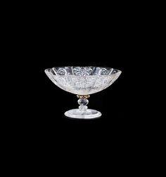 Coupe à contour polylobé : H. 7,3 cm, L. 12,2 cm, P. 9,7 cm ENSEMBLE DE DEUX COUPES PROVENANT DES COLLECTIONS DU BARON GUSTAVE SAMUEL JAMES DE ROTHSCHILD Italie, Milan, probablement Ateliers des Miseroni, vers 1550-1570 Cristal de roche et or émaillé