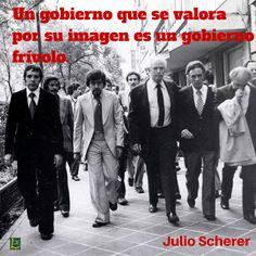 La foto corresponde al momento cuando Julio Scherer y su equipo abandonaron las…