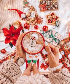 Christmas is approaching and young friends also enjoy spending a romantic Christmas Eve. Taking photos at Christmas must of course… Cosy Christmas, Christmas Feeling, Merry Little Christmas, Christmas Time, Christmas Presents, Xmas, Christmas Wonderland, Christmas Scenes, Christmas Costumes
