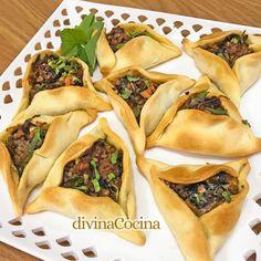 fatayer empanadillas arabes de carne y verduras Fatayer, My Favorite Food, Favorite Recipes, Appetisers, Spanakopita, Starters, Dishes, Ethnic Recipes, Party