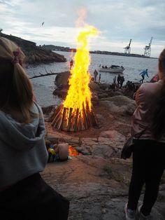BÅLTENNING: Tolleroddens venner har valgt å tenne bålet litt tidligere i år. − Vi gjør det for barnas skyld, forteller Per Thorstensen. (Foto: Ingrid Emilie Bakker)