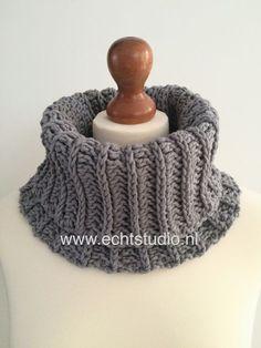 Free crochet pattern looks like knitting! Crochet Scarves, Crochet Shawl, Diy Crochet, Crochet Clothes, Crochet Stitches, Crochet Hooks, Crochet Patterns, Knitting Paterns, Crochet Triangle