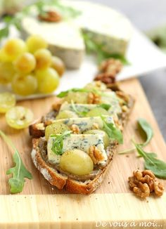 Tartines des Vendanges De vous à moi... arugula, blue cheese, grape and preserve tartine